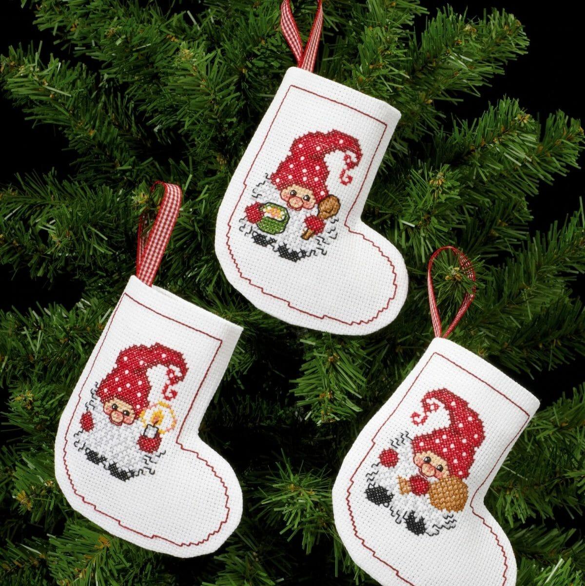 mini nissestrømpe, 3 nisser, permin, julestrømpe, nisser med prikkete lue, juletrepynt, juletre, julepynt, 7240-21